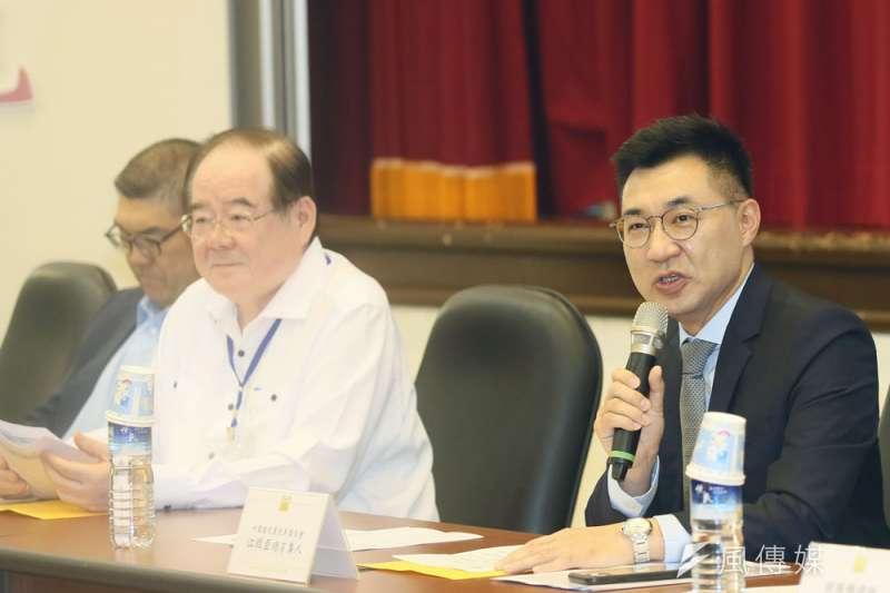 江啟臣(右)知道新兩岸論述必然會在黨內引發爭議,因而以建議案呈現。(柯承惠攝)