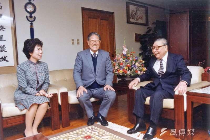 陳儀深說,蔣經國(右)之所以選李登輝(中),很有可能是企圖以提拔李等台籍菁英來回應當時國際對台灣局勢的關切。(新新聞資料照)