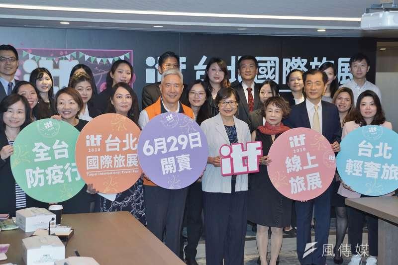 台灣觀光協會24日舉行記者會宣布「線上旅展」即將開跑,會長葉菊蘭(前排左五)與業者合影。(盧逸峰攝)