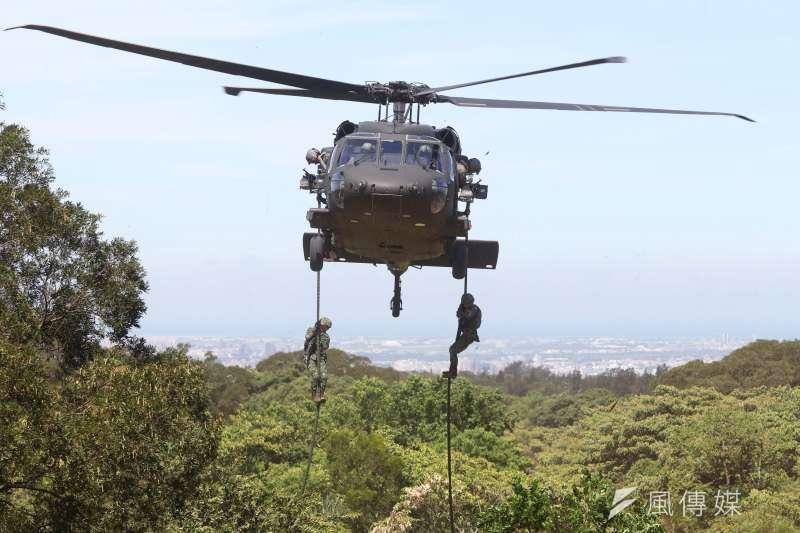 20200624-特戰官兵搭乘黑鷹直升機至目標區周邊後,以快速繩降方式迅速落至地面實施滲透,這種作法速度較其他下降方式來得更快,但也同時具相當危險性;特戰部隊及軍警特勤隊均具備此能力。(蘇仲泓攝)