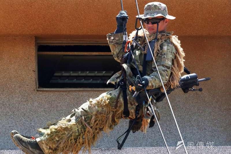 20200624-特戰狙擊手以戰術繩索來回於地面和建築物樓頂,該狙擊組(含觀測手)以全地形迷彩偽裝服現身,這款迷彩目前國內僅特戰(勤)單位、狙擊手使用,較為少見。背上的狙擊槍型號應為REPR20狙擊槍。(蘇仲泓攝)