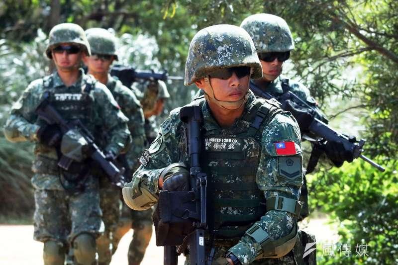 陸軍特戰指揮部特戰第1營22日結束為期15天的「戰術任務行軍訓練」,最後階段更是前進假想城鎮「捷豹鎮」進行綜合驗收,其中的特戰「眉角」引發關注。(蘇仲泓攝)