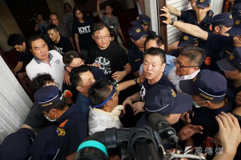因不滿總統府提名監察院長陳菊等監委人事案,立法院國民黨團20多位成員占領議場。(盧逸峰攝)