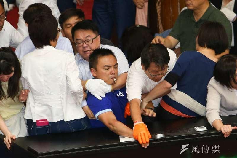 國民黨28日攻佔立法院,藍委洪孟楷控訴遭民進黨立委吳秉叡勒脖。(顏麟宇攝)