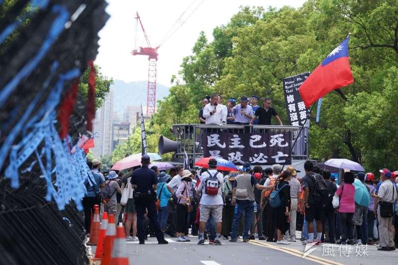 20200629-國民黨支持者29日包圍立法院,抗議監察院長陳菊提名案。(盧逸峰攝)