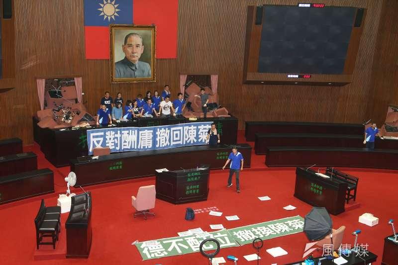 國民黨29日持續佔領議場,並於議場內噴漆「監委酬庸,拒絕背書」。(資料照,顏麟宇攝)