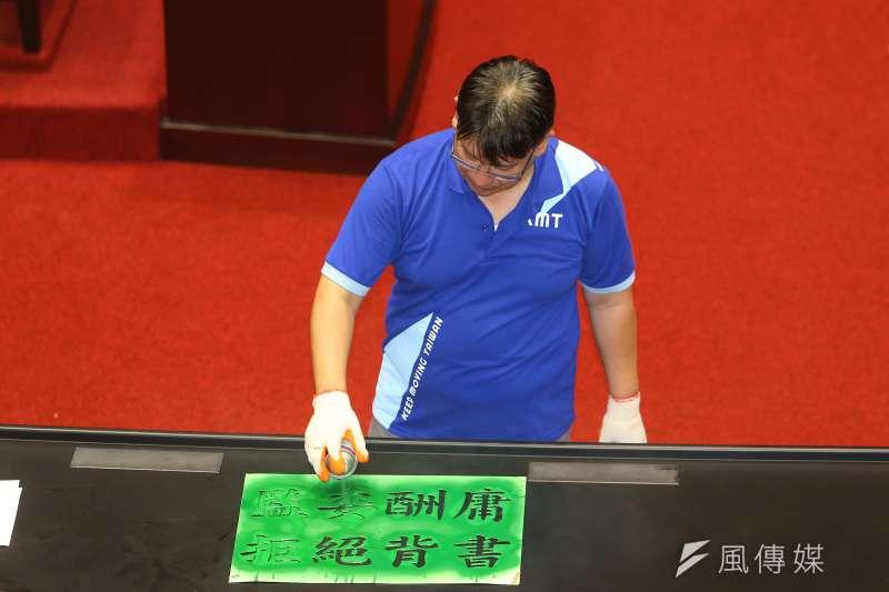 20200629-國民黨29日持續佔領議場,並於議場內噴漆「監委酬庸,拒絕背書」。(顏麟宇攝)