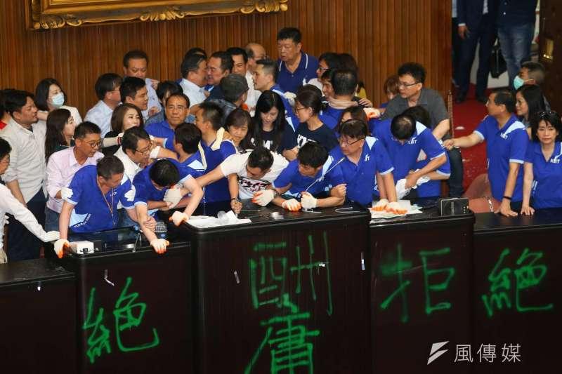國民黨立法院黨團28日霸占議場內,綠委郭國文帶頭破門進入場內爆推擠。(顏麟宇攝)