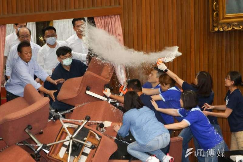 20200629-中國國民黨立法院黨團28日霸占議場內,綠委郭國文帶頭破門進入場內爆推擠。(顏麟宇攝)