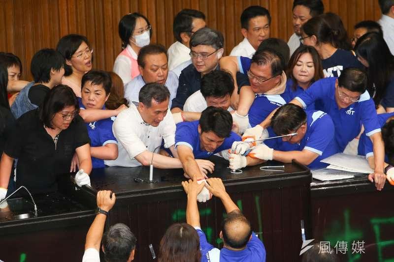 對於藍委占領議場,過去曾經協助過抗爭案件的邱顯智表示,立法委員應該在上班時間走進議場,透過議事攻防捍衛自己的主張。(顏麟宇攝)