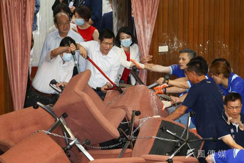 20200629-國民黨立委29日持續佔領議場,民進黨立委使用油壓剪強制清場發生激烈拉扯。(顏麟宇攝)
