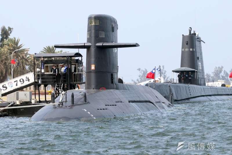 20200630-劍龍級潛艦(前)預計於7月1日在東部海域執行潛艦魚雷實彈射擊。(蘇仲泓攝)