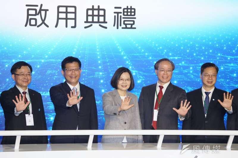 中華電信30日舉行5G啟用典禮,總統蔡英文(左三)親自出席儀式。(盧逸峰攝)
