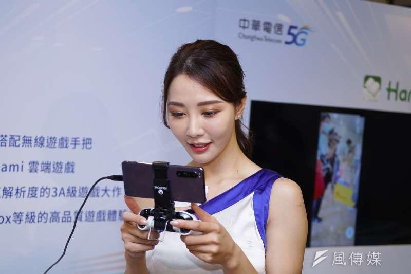 中華電信30日宣布5G正式啟用,現場展示穿戴式裝置、手機遊戲、產業應用等5G應用模式。(盧逸峰攝)