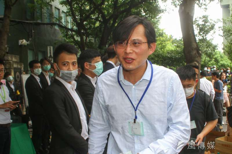 黃國昌31日在臉書質疑中嘉讓華視在52台上架,不是單純的商業決定。(資料照,蔡親傑攝)