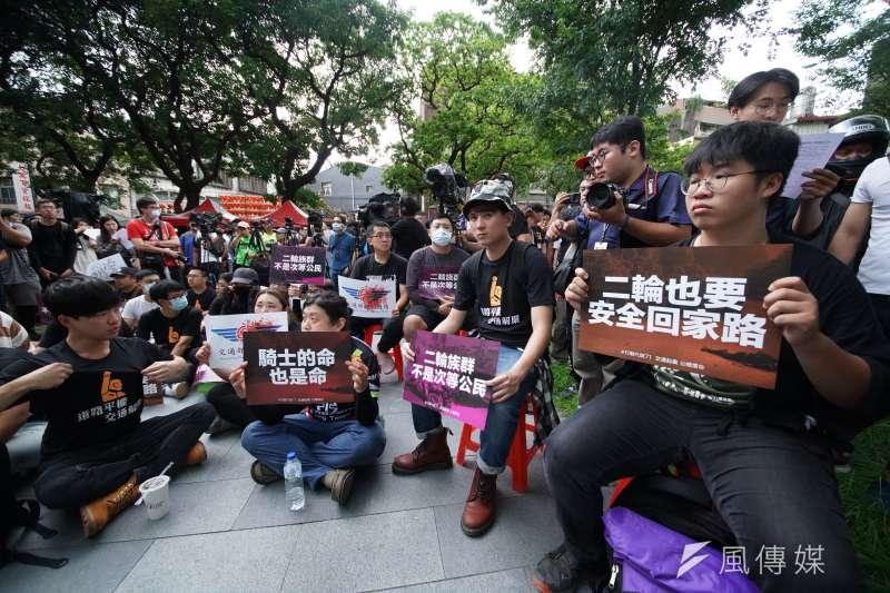 台灣機車路權促進會等多個民間團體1日發起「交通起義,公總償命」活動,號召數百位機車族包圍公路總局,參與民眾於現場舉標語抗議。(盧逸峰攝)