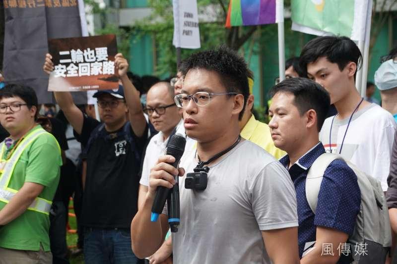 20200701-台灣機車路權促進會等多個民間團體1日發起「交通起義,公總償命」號召數百位機車族包圍公路總局,網路名人火花羅發言。(盧逸峰攝)