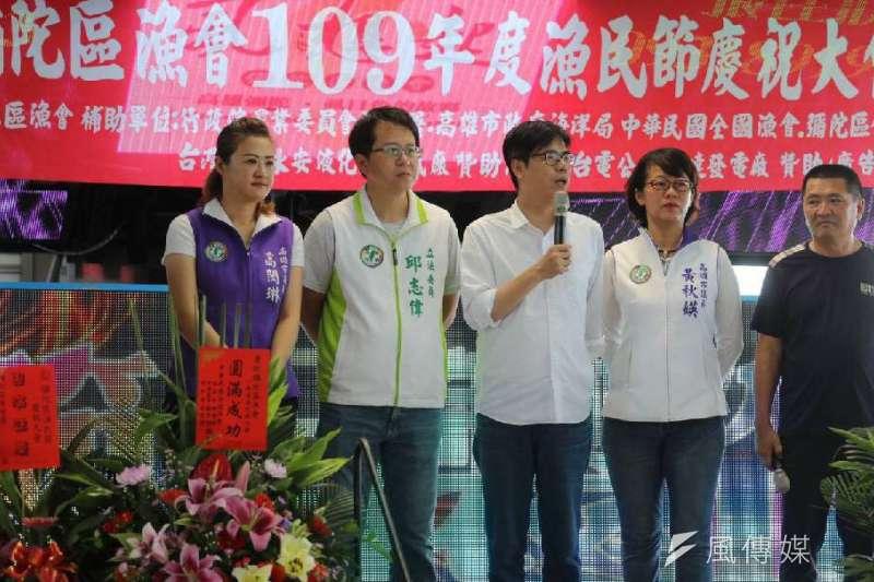 高雄市長陳其邁(左三)向台南市長黃偉哲下戰帖要PK虱目魚。黃偉哲則笑稱「為何老是拿台南的強項來比?」(資料照,徐炳文攝)