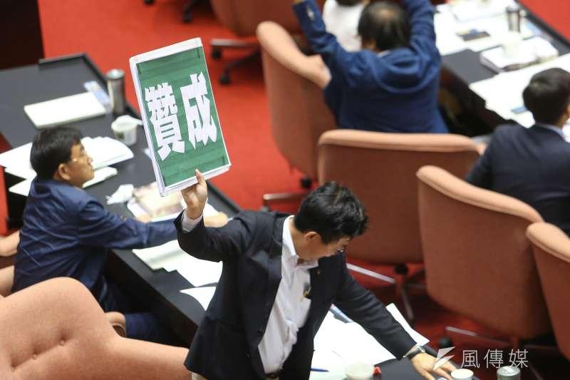 20200702-立法院2日審查「農田水利法」,民進黨團舉牌贊成。(顏麟宇攝)