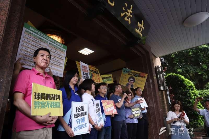 國民黨立委3日下午在立院大門口聚集「迎接」陳菊等監委提名人,結果撲空。(陳品佑攝)