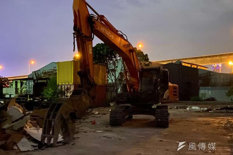 稽查員現場發現業者將廢棄物載運至該址隱密處,再由挖土機夾至斜坡下棄置。(圖/新北市環保局提供)