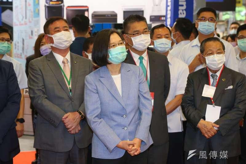 總統蔡英文3日出席「台北電器空調3C影音大展開幕記者會」,大力推銷振興三倍券。(顏麟宇攝)