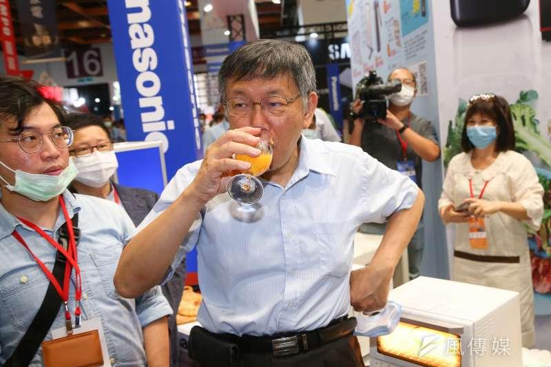 20200703-台北市長柯文哲3日出席「第30屆臺北電器空調3C影音大展開幕記者會」,並親自現打芒果冰沙。(顏麟宇攝)