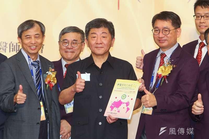 衛福部長陳時中(中)4日表示,台灣檢驗及醫療量能都足夠,目前有4家國內廠商在展開臨床試驗。(顏麟宇攝)