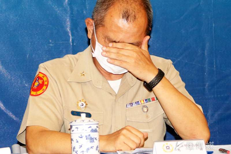 針對海軍陸戰隊翻艇意外釀死傷,海軍司令部指出初步排除人為和機械因素,是海象瞬間變化所致。陸戰隊副指揮官馬群超少將拭淚。(蘇仲泓攝)