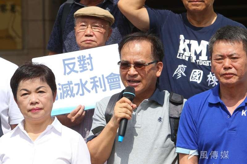 根據台灣民意基金會27日公布的民調,有40%基本上贊成農田水利會改制,僅33%反對。圖為前台南縣長蘇煥智於司法院大門前召開「農田水利會組織通則第40條」釋憲案記者會。(資料照,顏麟宇攝)