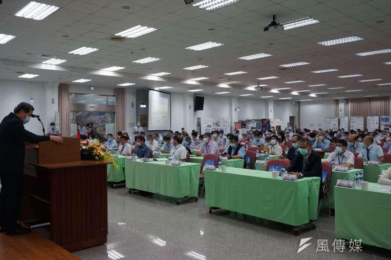 台灣中油公司石化事業部每年舉行工安週活動,加強人員工安觀念,今年結合安全衛生觀摩研討會辦理,開幕式在高雄煉油廠宏南活動中心舉行,以「智慧工安、永續職場」為主題,辦理一系列豐富的活動,向同仁及承攬商宣導工安的重要性。(圖/徐炳文攝)