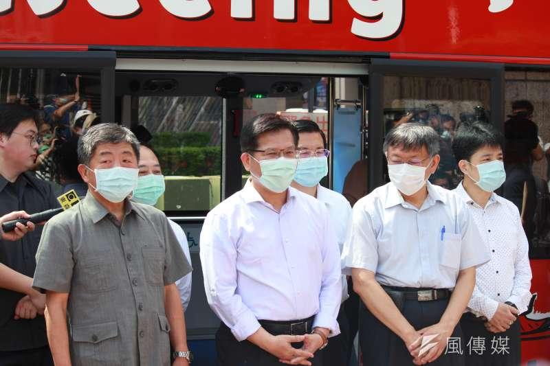 衛福部長陳時中(左起)、交通部長林佳龍與台北市長柯文哲一同搭乘觀光巴士遊台北,推廣觀光。(方炳超攝)