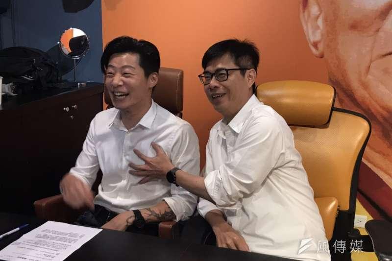 無黨籍立委林昶佐(左)與民進黨高雄市長補選候選人陳其邁(右)以「邁邁叔叔」為題進行直播。(黃信維攝)