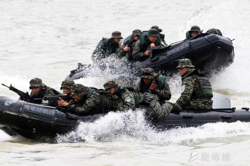20200708-陸戰隊員執行兩棲登陸艇反攻任務。(資料照,蘇仲泓攝)
