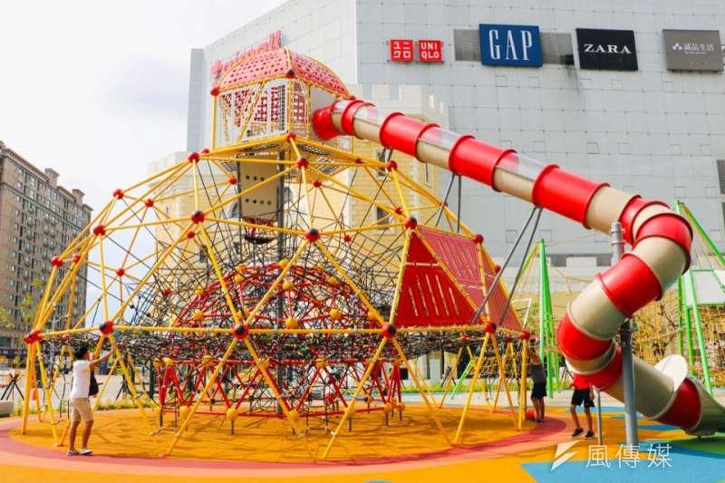 台茂公園各式新奇的遊樂設施,吸引了許多家長帶著孩子來放電玩耍。(圖/柯翎肇攝)