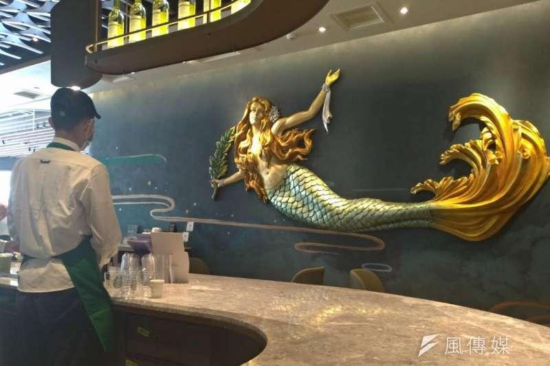 星巴克高雄夢時代門市開幕,美人魚大圖騰躍上牆面,並以獨具如風帆造型的主吧台及三面藝術牆打造最美麗的門市,配備全球最新咖啡機型,吸引大批消費者光顧體驗。 (圖/徐炳文攝)