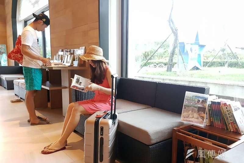 貢寮分館與福隆的福容飯店合作,推出「書香度假」閱讀振興服務,免費提供遊客閱讀還能把書帶回家。(圖/新北市立圖書館提供)