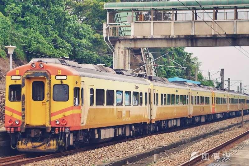 台鐵一列EMU300型自強號列車今日晚間於彰化站驚傳出軌。圖為同型列車。(資料照,盧逸峰攝)