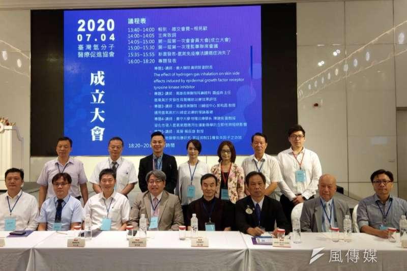台灣氫氧機研發製造業者和醫界在高雄成立台灣氫分子醫療促進協會,研究氫分子醫學,推展教育和應用,提升氫分子醫療科技,希望能造福全民。(圖/徐炳文)