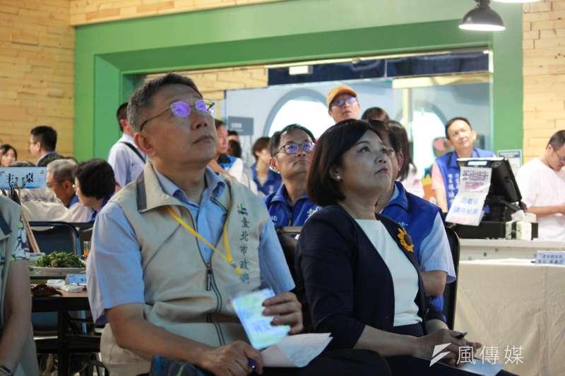 0200711-台北市長柯文哲(左)赴雲林縣進行市政交流活動,雲林縣長張麗善(右)共同聆聽簡報。(方炳超攝)
