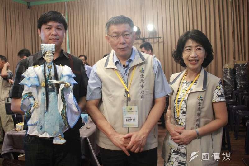 台北市長柯文哲(中)11日率北市府團隊南下,首站參訪雲林布袋戲館,妻子陳佩琪(右)陪同出席。(方炳超攝)