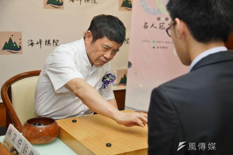 20200714-海峰棋院董事長林文伯14日出席第一屆名人冠軍賽32強賽開幕記者會並體驗對弈。(盧逸峰攝)