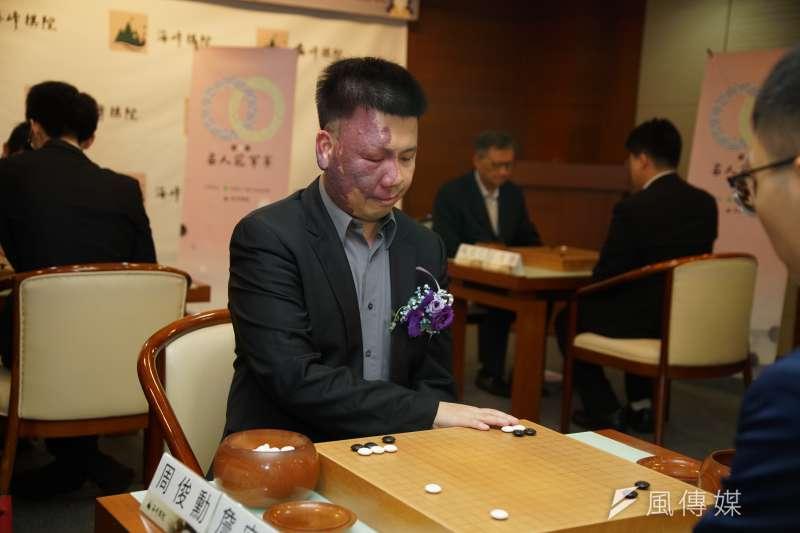 20200714-職業棋士周俊勳九段14日出席第一屆名人冠軍賽32強賽開幕記者會並體驗對弈。(盧逸峰攝)