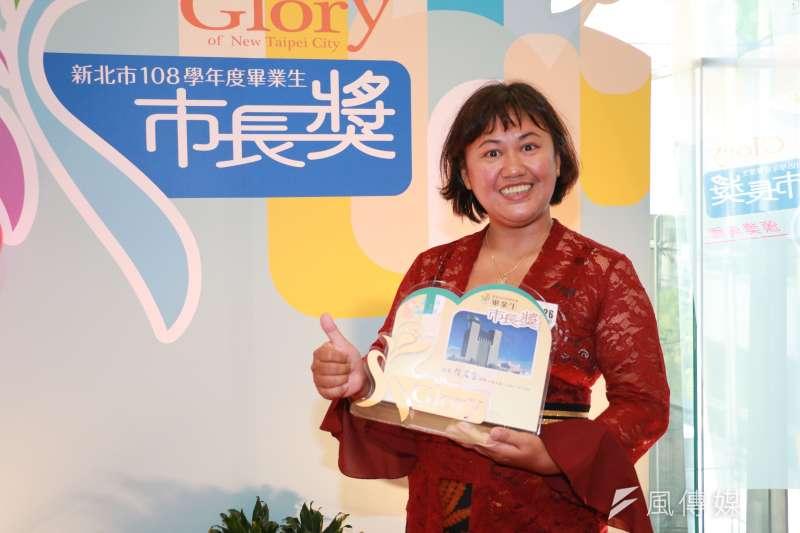 蘆洲國中校補校慕雅妮是來自印尼新住民,學業優良榮獲市長獎肯定,她期許自己能唸大學。(圖/李梅瑛攝)