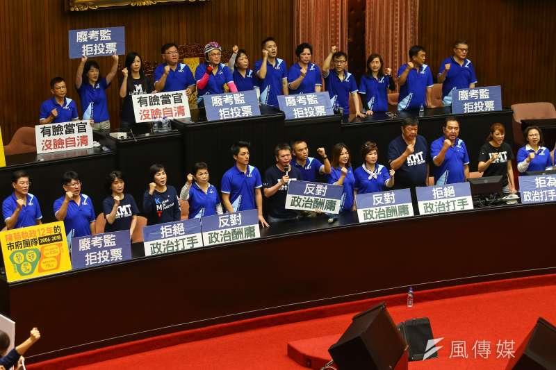 立法院14日進行監察院長被提名人陳菊人事案審查,國民黨團立委一早占領議場主席台進行杯葛。(顏麟宇攝)