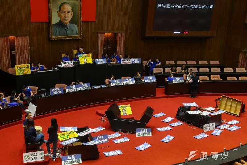 立法院14日進行監察院長被提名人陳菊審查,國民黨團立委一早占領主席台,讓議程無法進行。(顏麟宇攝)