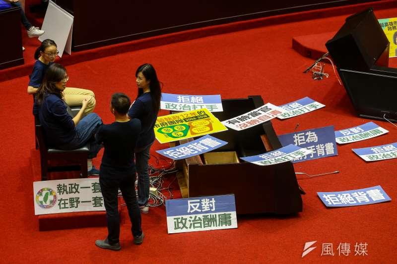 20200714-立法院14日進行監察院長被提名人陳菊審查,國民黨團立委一早便占領主席台。(顏麟宇攝)