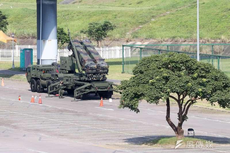 20200714-漢光演習,防空飛彈部隊所屬愛國者三型防空飛彈(PAC-3)發射車放列在堤外停車場,下河堤的人行道則有官兵持T65K2突擊步槍警戒,確保不會有民眾靠近。(蘇仲泓攝)