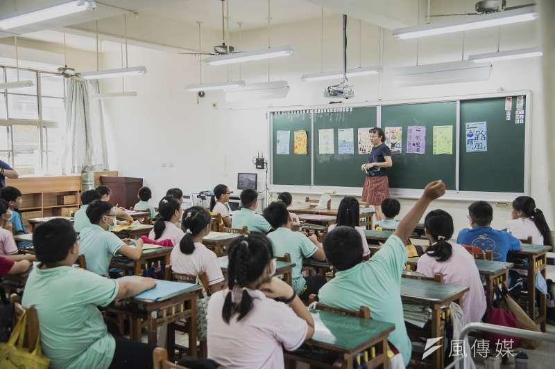 教室更換LED燈之後,燈管更加明亮,故障率也大為降低,更讓學校每年省下將近一成的電費。(圖/謝昇佑攝)