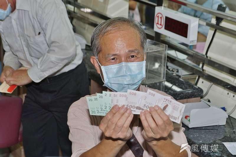 全台郵局15日起開放購領振興三倍券,家住台北的吳先生搶到北門郵局的「頭香」。(盧逸峰攝)